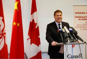 «Il (l'accord) permettra à la Chine d'avoir accès à certaines de nos ressources naturelles et de les contrôler pendant les 31 prochaines années, en plus d'exposer les contribuables canadiens à de grands risques financiers à travers des poursuites d'investisseurs», a souligné le porte-parole du NPD en matière de commerce international.